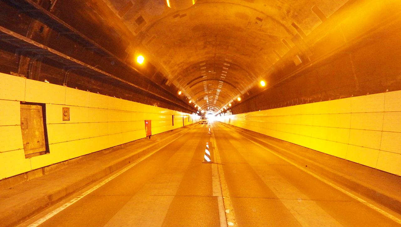 仙岩地区トンネル補修工事内装板施工1
